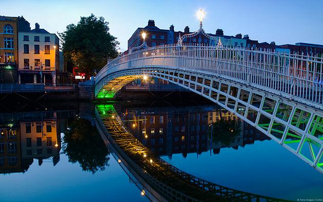 Ha'penny bridge and River Liffey at night, Dublin, Ireland